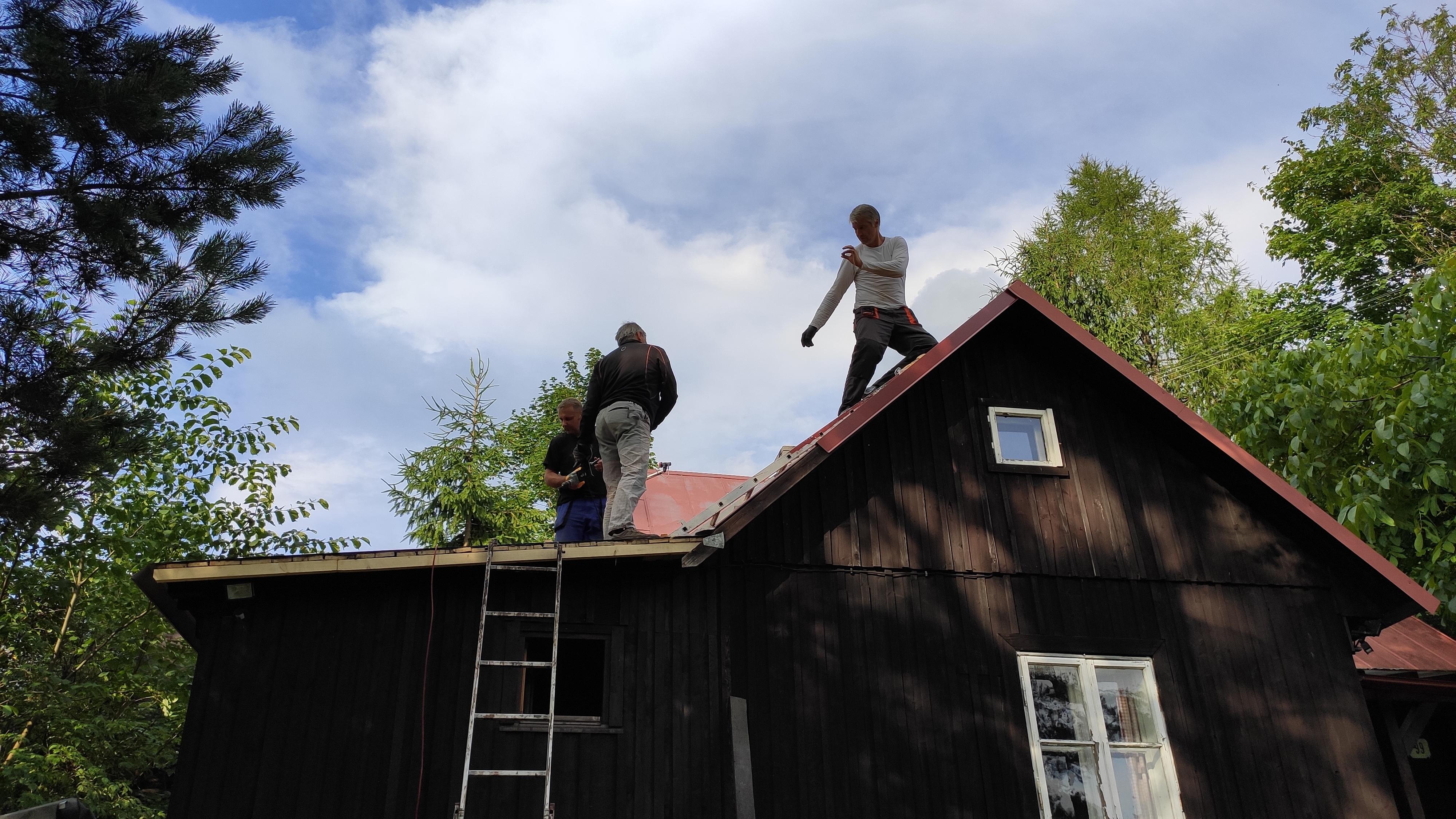Oprava střechy na chaloupce